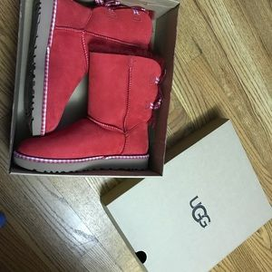 Brand New. Never won. Ugg Gingham Bow size 7